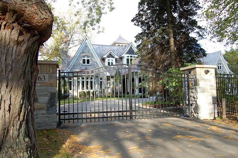 Swing gate with masonry columns